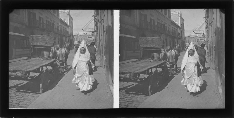 Façades sur rue animée dans le quartier français et juive tunisienne avec qoufiya au premier plan
