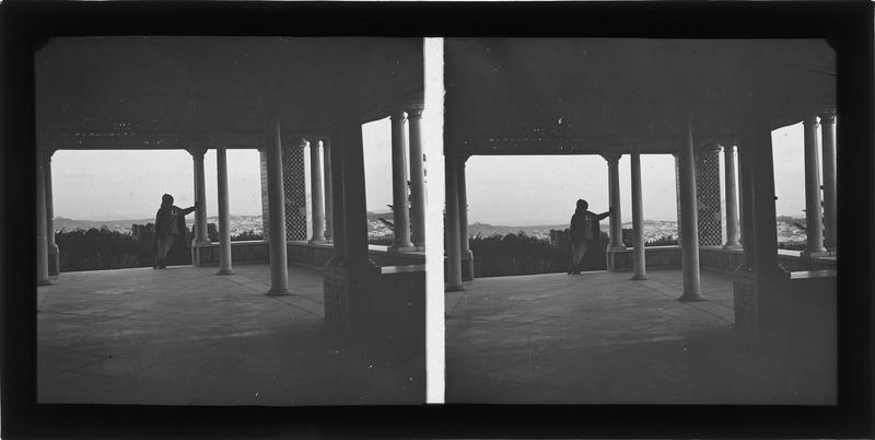 Intérieur et homme appuyé contre une colonne (initialement dépendance d'un palais de La Manouba)