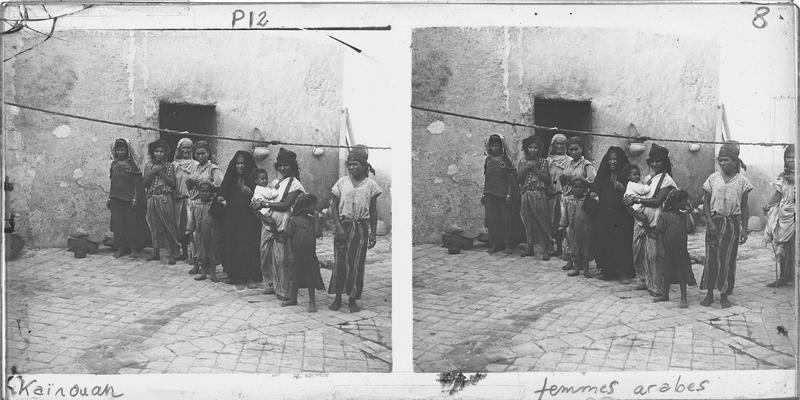 Portrait de femmes et enfants devant une maison