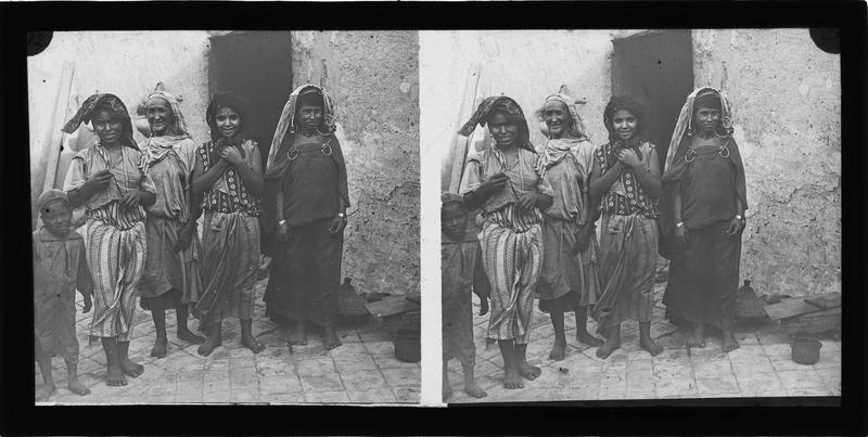 Portrait de femmes et enfant devant une maison
