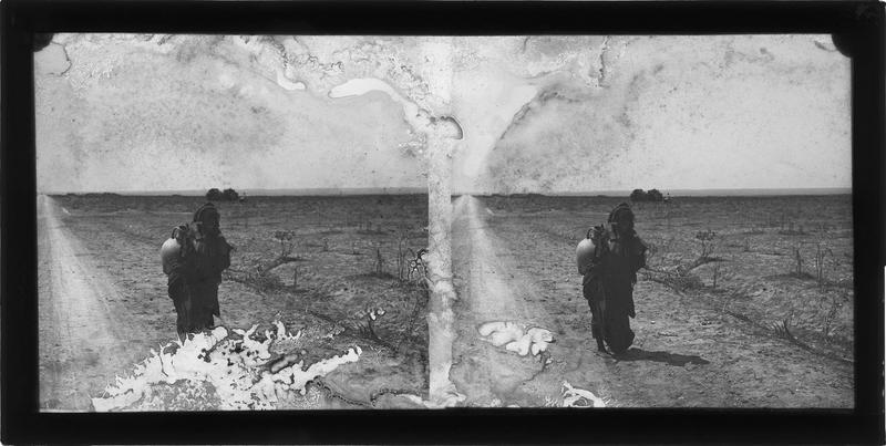 Portrait d'une femme au bord d'une route portant une jarre