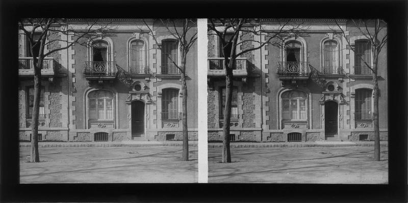 Façade sur rue (maison bombardée pendant la seconde guerre mondiale)