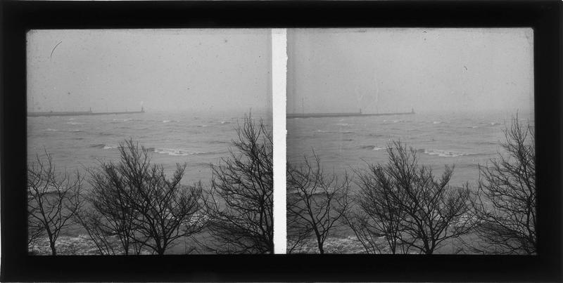Bord de mer et jetée au loin