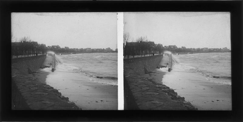 Plage à marée haute donnant sur l'ancien boulevard de l'Océan