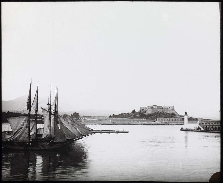 Ensemble depuis le port avec voiliers à quai