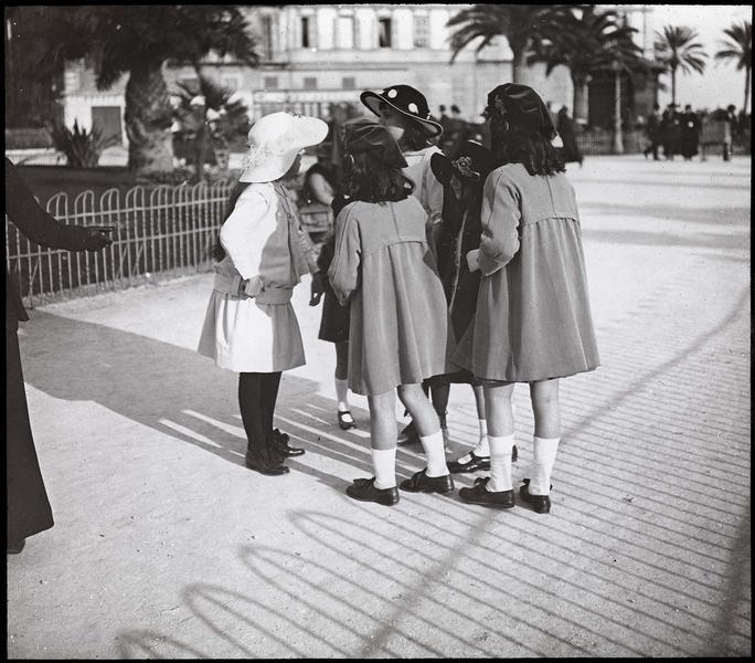Groupe de fillettes dans le jardin Albert Ier