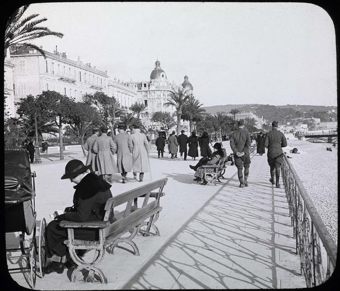 Promenade animée et Hôtel Ruhl en arrière-plan
