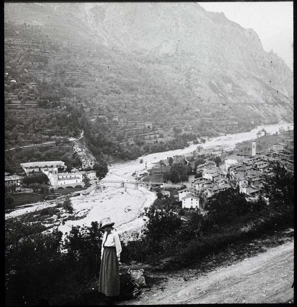 Panorama sur la vallée de Berthemont, vue en plongée et femme au premier plan