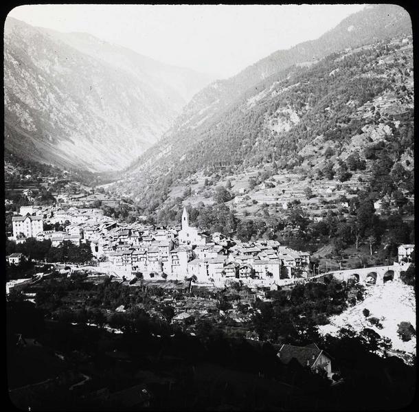 Panorama sur la vallée du Boréon, vue en plongée depuis la route de Venanson