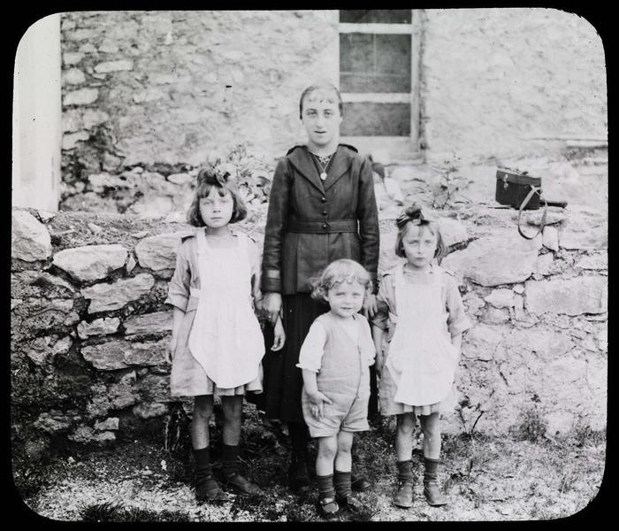 Portrait de trois enfants avec une jeune fille
