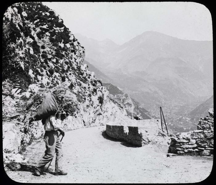 Route de Venanson avec homme et vallée de la Vésubie en arrière-plan