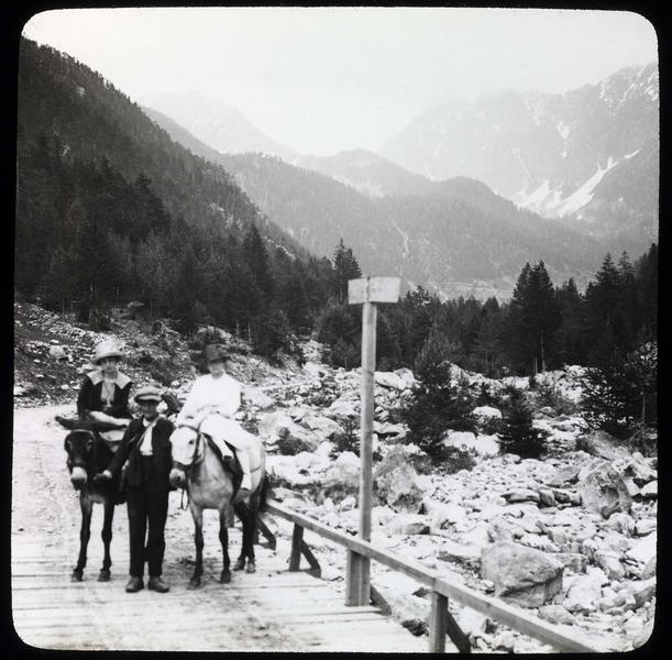 Chemin et pont frontière (France-Italie) sur le Boréon avec voyageurs à dos de mulets