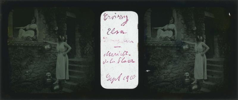Elsa Lenepveu et Mariette en costume à l'antique devant une maison