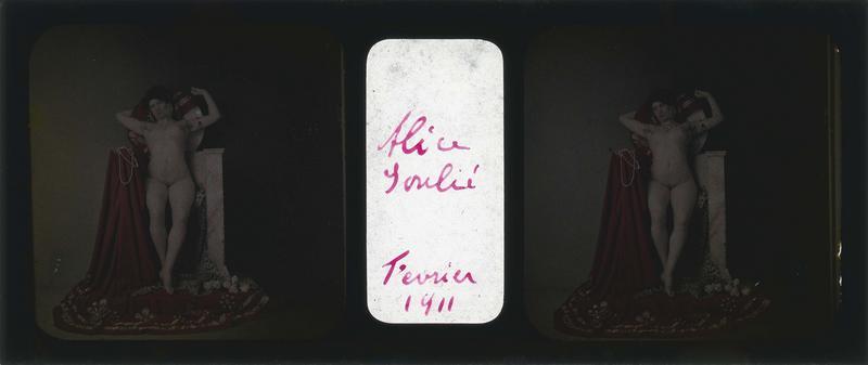 Alice Soulié posant nue, assise sur un siège en marbre couvert d'une étoffe et d'une peau de panthère