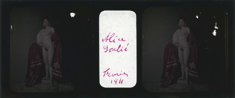 Alice Soulié posant nue dans un décor avec siège en marbre et étoffe