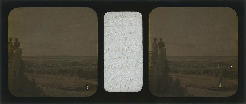 Deux femmes en haut d'un escalier regardant le paysage et baie de Saint-Pol-de-Léon en arrière-plan