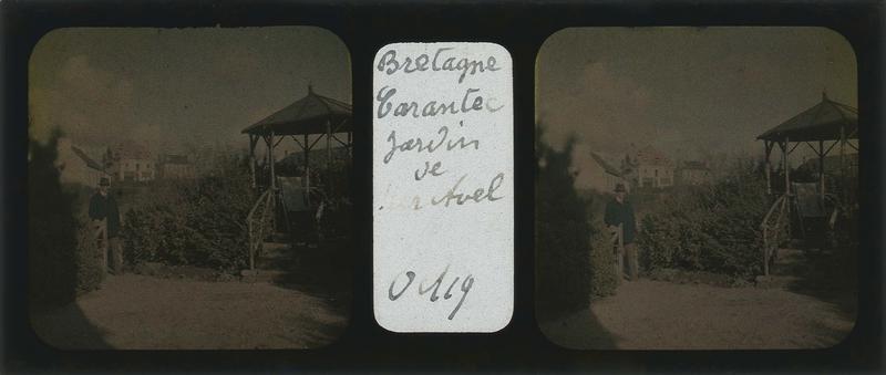 Jardin avec kiosque et homme