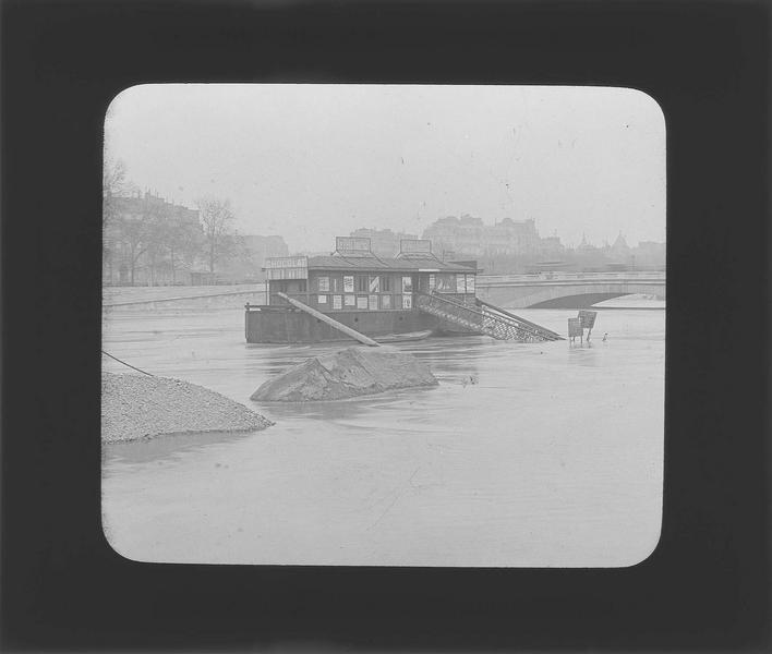 Crue de la Seine : embarcadère depuis le quai inondé et pont de l'Alma en arrière-plan