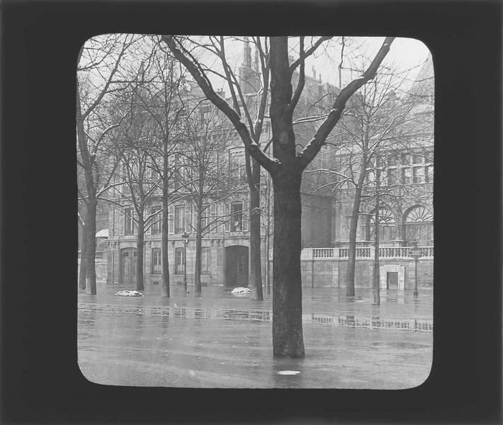 Crue de la Seine : façades sur rue inondée (Maison François Ier détruite en 1956)