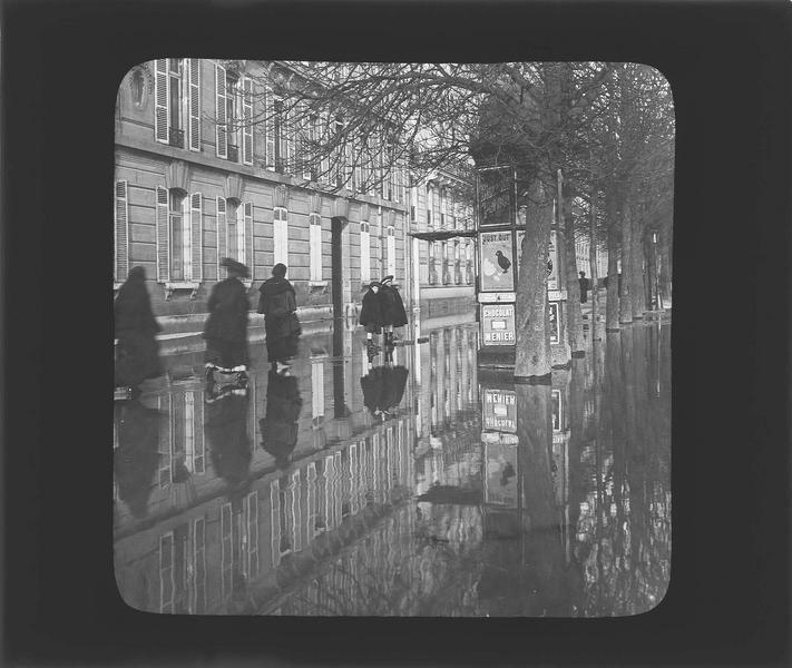 Crue de la Seine : façades sur avenue inondée, vue animée avec passants