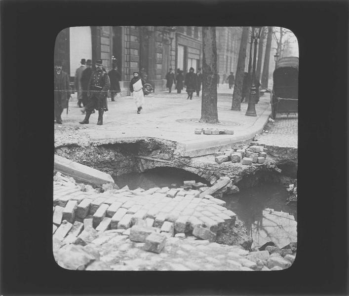 Crue de la Seine : effondrement de la chaussée, vue animée avec passants observant la scène