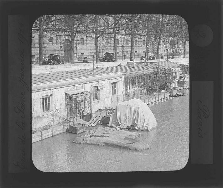 Crue de la Seine : ensemble sur quai inondé et façade du Louvre en arrière-plan, vue animée