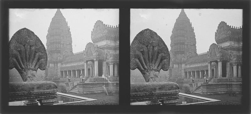 Tour d'angle et façade, vue partielle et statue de Nâga au premier plan