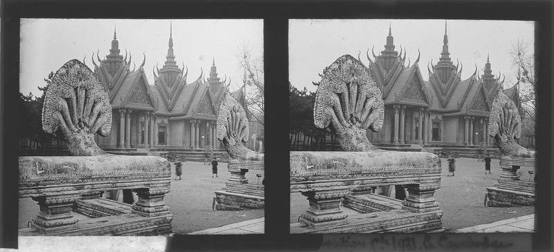 Façade principale et statues de Nâga au premier plan, vue animée
