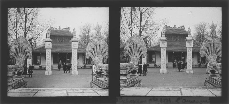 Façade principale avec statues de Nâga et colonnes sculptées au premier plan, vue animée