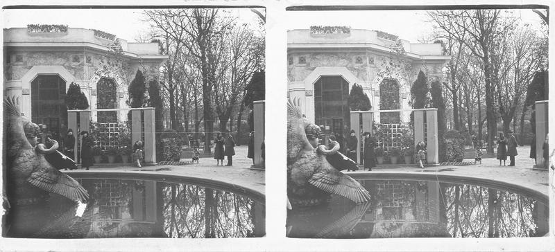 Façade, vue partielle et fontaine des Cygnes au premier plan