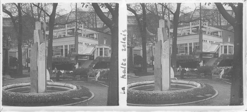 Halte-Relais et fontaine au premier plan