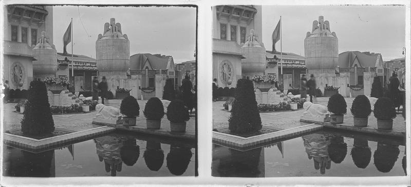 Jardin avec bassin et vases monumentaux d'Henri Patou