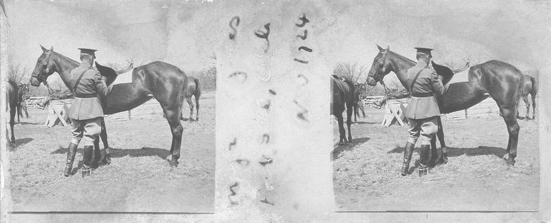 Major Jones attelant son cheval