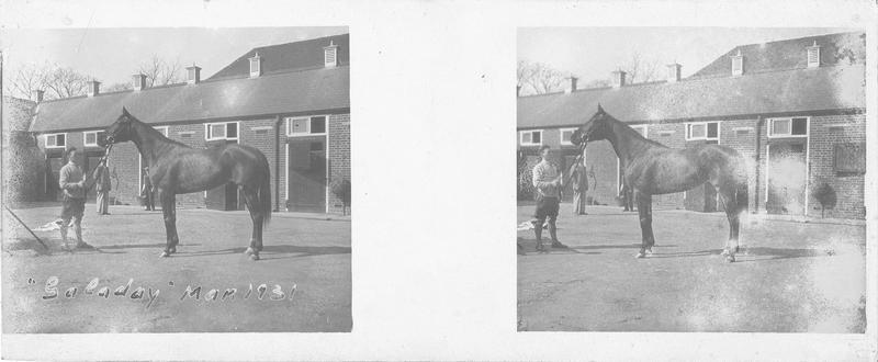Galaday (1927), cheval de course d'origine américaine à la robe baie vu de profil et homme devant une écurie. Pedigree : Sir Gallahad (1920) et Sunstep (1916)