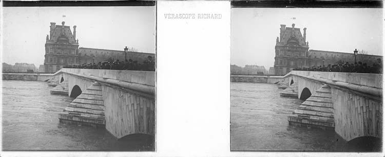 Crue de la Seine : pont animé vu en perspective depuis le quai Anatole-France, et pavillon de Flore en arrière-plan