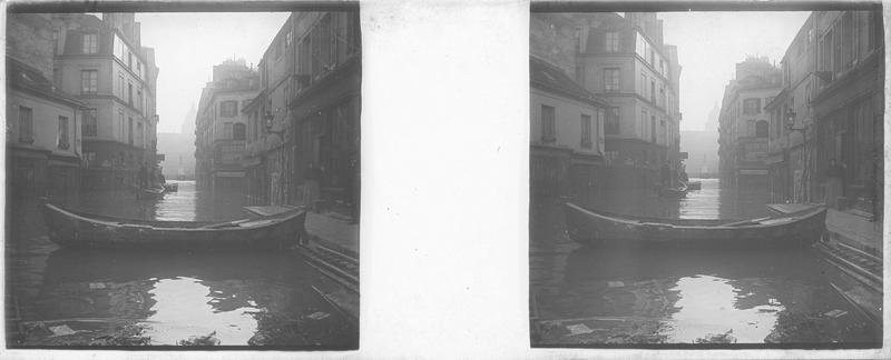 Crue de la Seine : façades sur rue inondée, vue animée avec barques