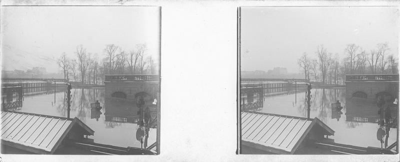 Crue de la Seine : voies et poste d'aiguillages inondés