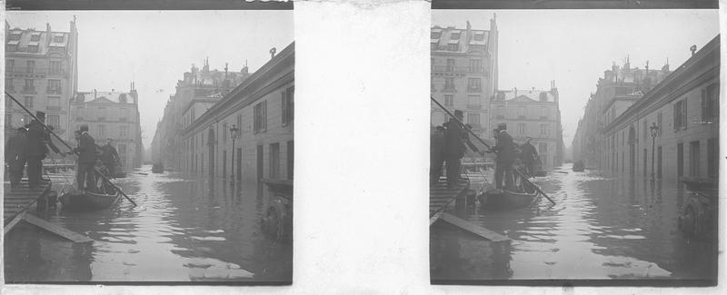 Crue de la Seine : façades sur rue inondée, vue animée avec embarcadère et barques