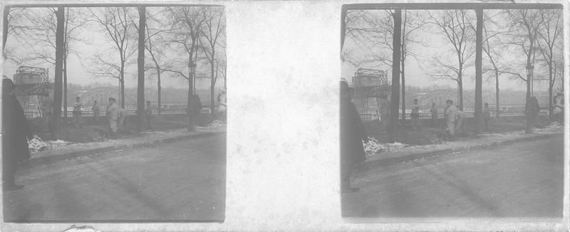 Crue de la Seine : soldats du Génie construisant une digue sur le quai Debilly (ancien) et passerelle en arrière-plan