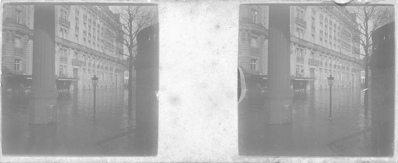 Crue de la Seine : façades sur boulevard inondé et pilier du viaduc du métropolitain au premier plan