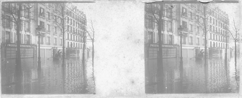 Crue de la Seine : façades sur rue inondée, vue animée avec barque