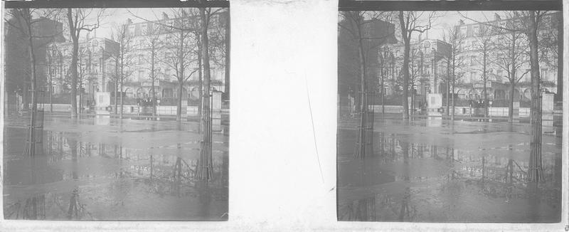 Crue de la Seine : façade sur le cours la Reine inondé