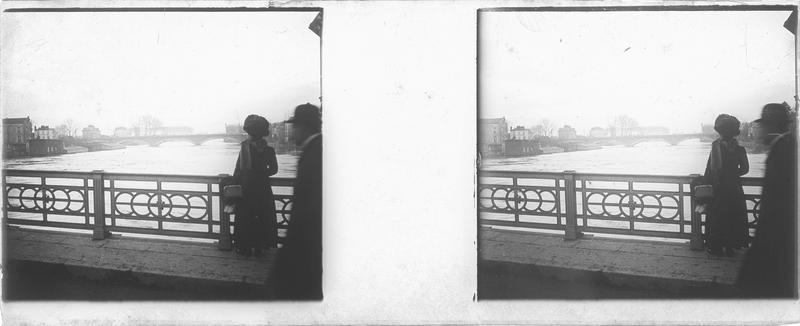 Crue de la Seine : femme de dos et homme sur un pont