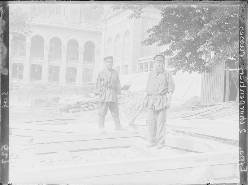 Ouvriers charpentiers russes, haches à la main, sur le chantier de la section russe à côté du palais du Trocadéro