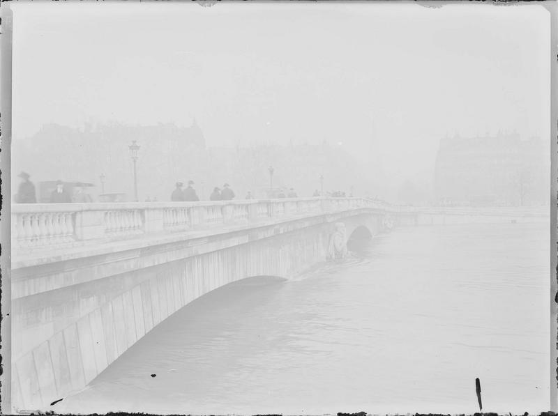 Crue de la Seine : pont vu en perspective depuis le quai d'Orsay, vue animée