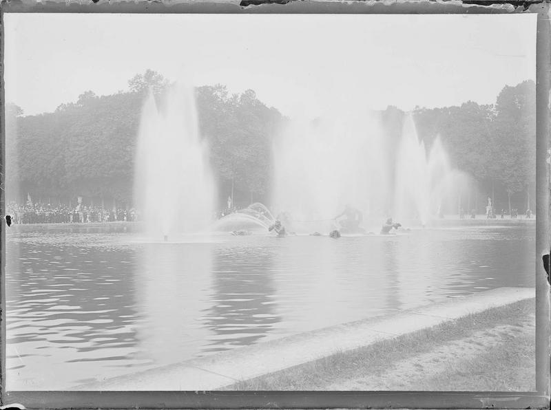 Parc : bassin  du char d'Apollon pendant les Grandes Eaux, vue animée