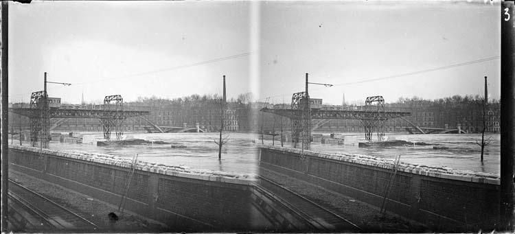 Crue de la Seine : pont roulant sur quai inondé et passerelle Debilly en arrière-plan