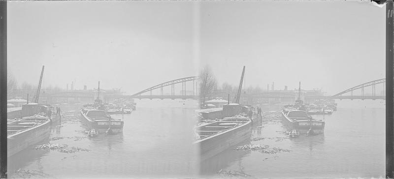 Crue de la Seine : péniches et débris au pied du viaduc d'Austerlitz, vue animée