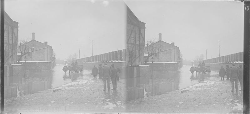 Crue de la Seine : façades sur quai inondé, vue animée avec charrette à chevaux et groupe d'hommes de dos