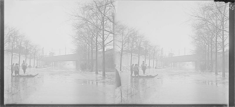 Crue de la Seine : ensemble sur boulevard inondé, vue animée avec barques